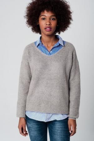 Jersey gris con mohair y cuello en pico de punto brillante
