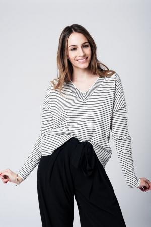 Jersey de punto ligero a rayas negras con escote pico y bajo asimetrico