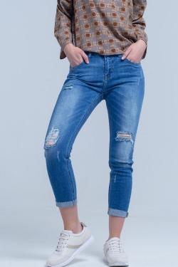 Jeans ajustados con rasgaduras en las piernas